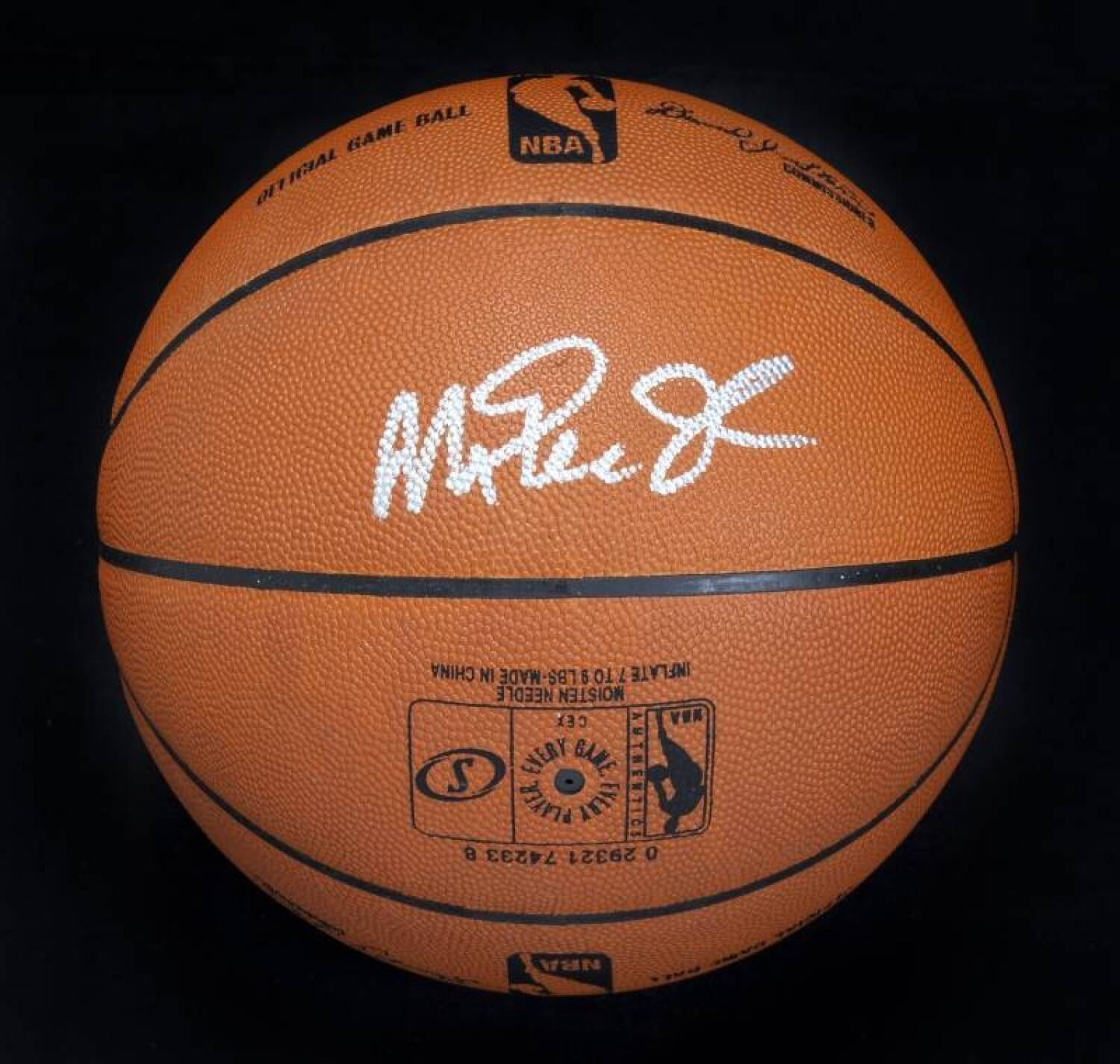 watch be8ed d9a5d MAGIC JOHNSON SIGNED BASKETBALL - Current price: $150