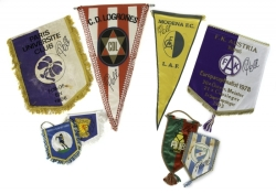 PELÉ SIGNED GROUP OF EUROPEAN FOOTBALL TEAM PENNANTS