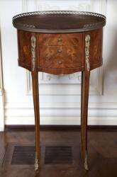 PAIR OF OVAL PARQUETRY NIGHTSTANDS